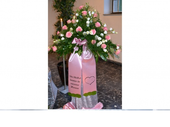 121 ``Rosa - weißes Gesteck``